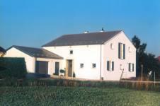 Bauernhaus aus Jura-Marmor und Tegalit Dachstein von Braas