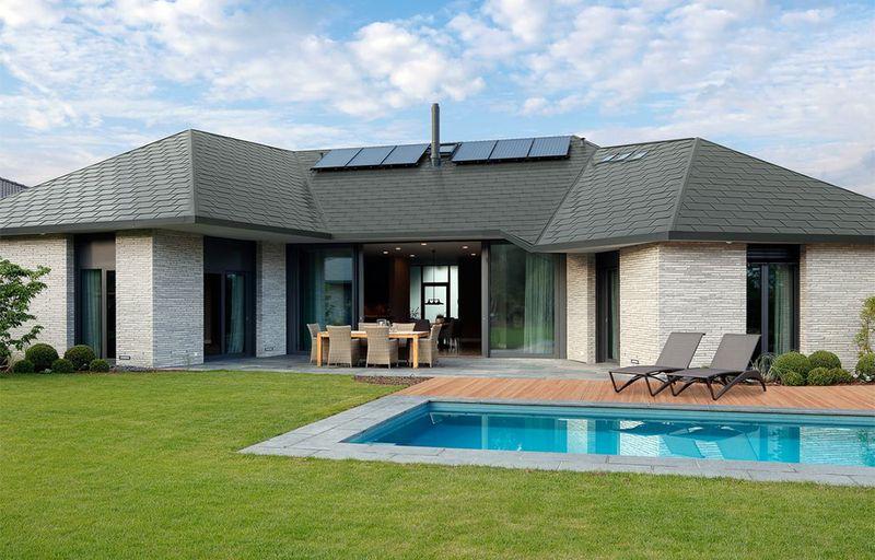 Moderner Look mit schwarzer Dacheindeckung