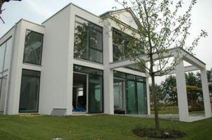 Verglaste Fassade zum Garten hin
