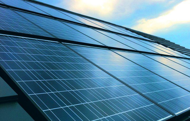 Schicke Solarmodule: Auch optisch anspruchsvolle Dächer lassen sich mit Indach-Lösungen realisieren