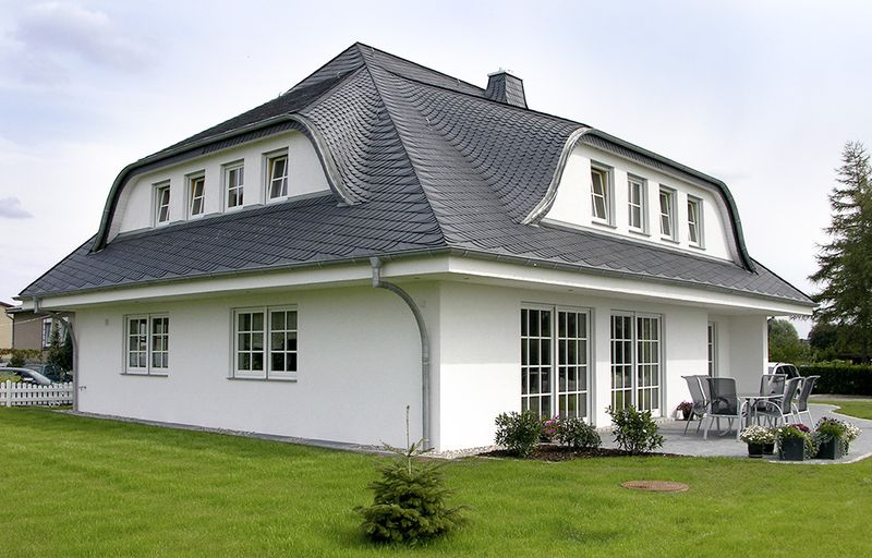 Beim Walmdach fällt das Dach an allen vier Seiten des Hauses ab, anders also als beim Satteldach mit seinen zwei Flächen