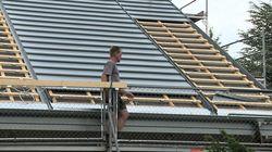 Dachdecker bei der Eindeckung von Dachziegeln