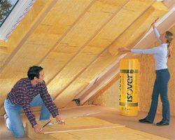 Anbringen von Klemmfilzen bei der Dachdämmung