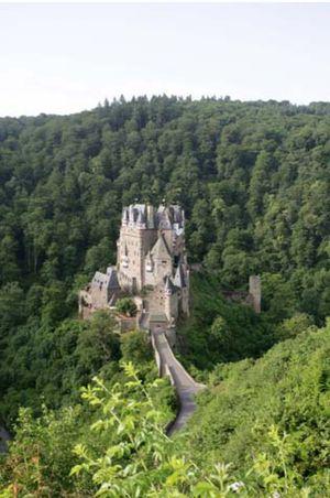 Burg Eltz 2012: Imposanter Anblick der Burg mit neu gedeckten Schieferdächern.