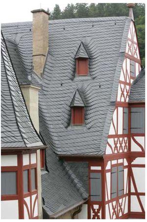 Altdeutsche Schieferdeckung aus Moselschiefer im Innenhof der Burg Eltz