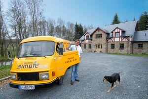 Handwerksmeister Stefan Simon vor dem Wohnobjekt