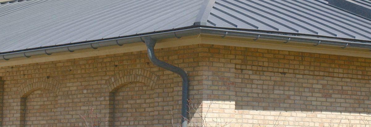 Fallrohr fassade  Dachentwässerung: Fallrohre und Dachrinnen schützen Ihr Haus vor ...