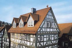 Fachwerkhaus mit roten Dachziegeln.