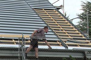 Der Spengler ist der Metallverarbeiter auf dem Dach
