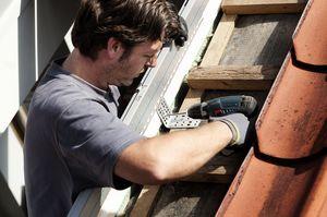 Dachhandwerker beim Einbau von Dachfenster
