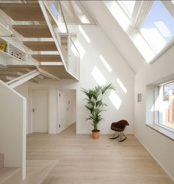 die treppe zum dachgeschoss als zugang und fluchtweg. Black Bedroom Furniture Sets. Home Design Ideas
