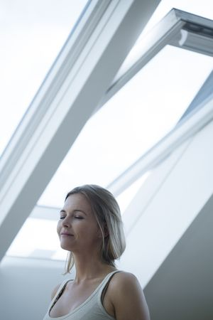frische Luft strömt durch Fenster