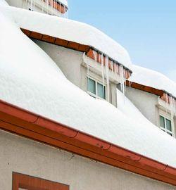 Wer die Winterpracht unbeschwert genießen möchte, sollte das Dach rechtzeitig mit Schneefangsystemen sichern.