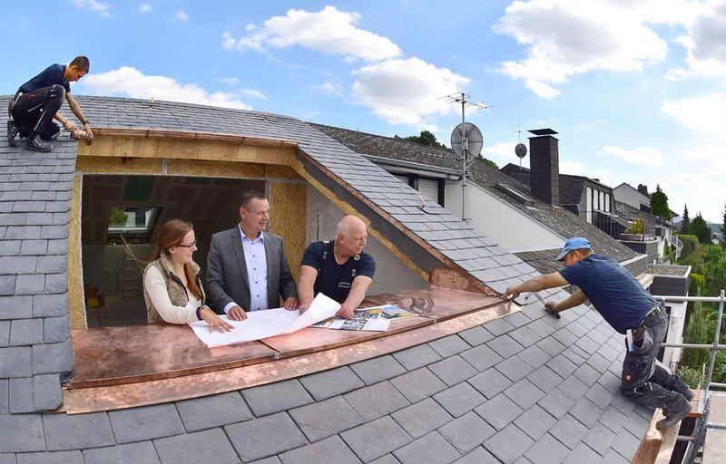 Professionelle Beratung bei Planung und Durchführung einer Dachsanierung ist unabdingbar