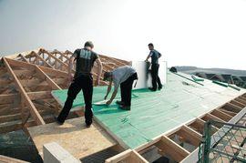 Dachhandwerker bei der Verlegung von Dachdämmung