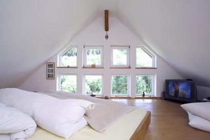 Schlafzimmer fensterfront graues polsterbett schwarz for Graues holzbett