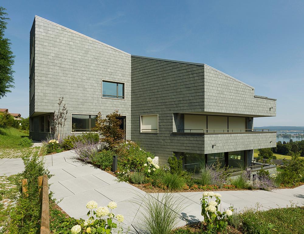 Moderne Architektur Mit Blick Auf Den Bodensee U2013 Die Wohnhäuser Sind  Vollständig Mit Grünem Schiefer Von Rathscheck Eingekleidet