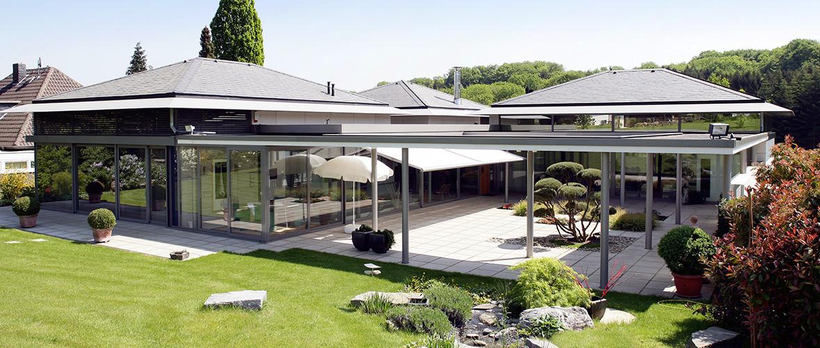 Formvollendet mit geneigtem Dach