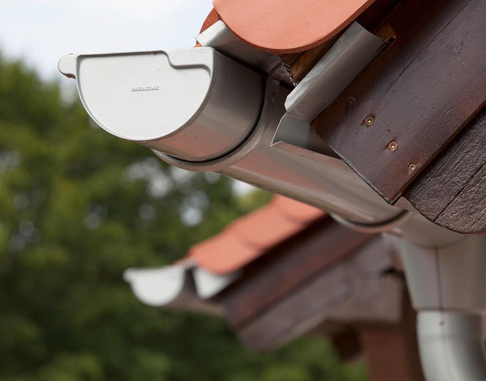 Dachrinnen und Fallrohre auf das Dach abgestimmt