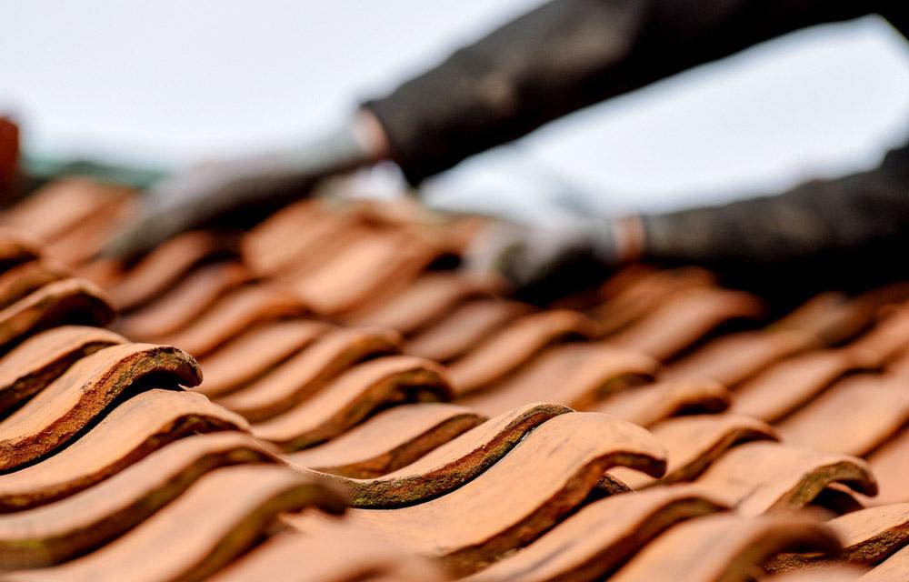 Neue Dacheindeckung: den richtigen Zeitpunkt finden