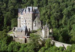Dächer der Burg Eltz saniert