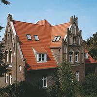 Opal Berliner Biberschwanzziegel in Naturrot auf altem Gebäude