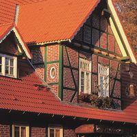 Altes Fachwerkhaus mit Doppel-S Klassisch-Rot auf dem Dach