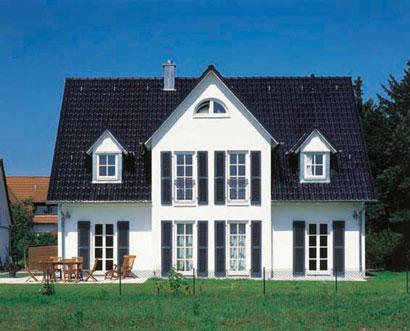 holzhaus mit schwarzen dach