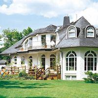 Moderne Villa mit altdeutscher Deckung