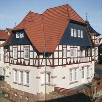 Fachwerkhaus in Oberaula mit Doppelmuldenfalzziegel Granat